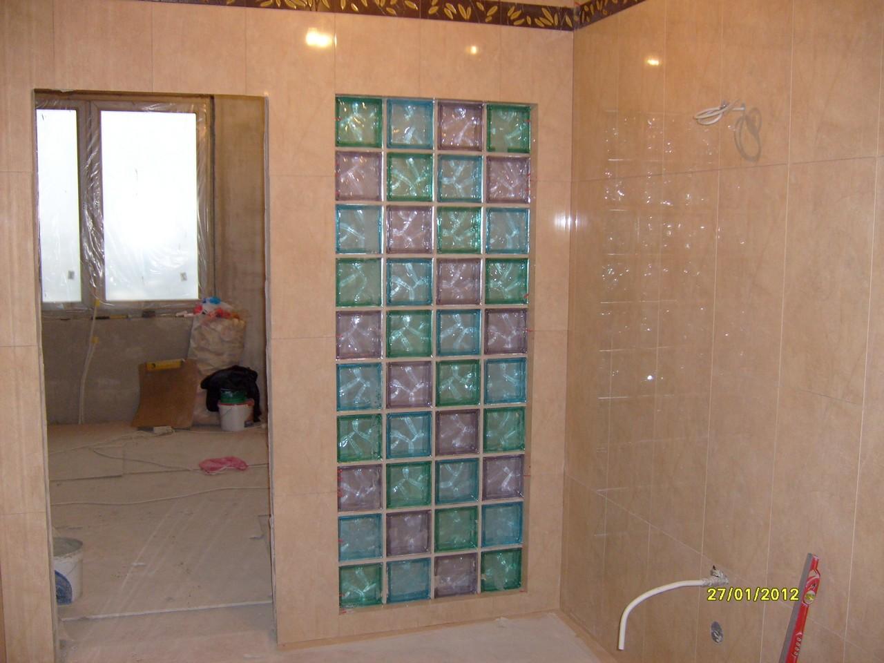 укладка стеклоблоков в ванной комнате